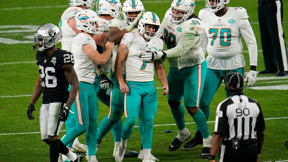 Dolphins kicker Sanders signs $22 million deal through 2026
