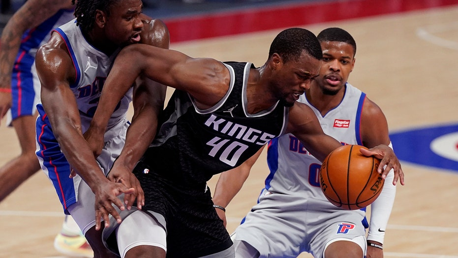 Kings snap skid, top Pistons 110-107 in strange finish