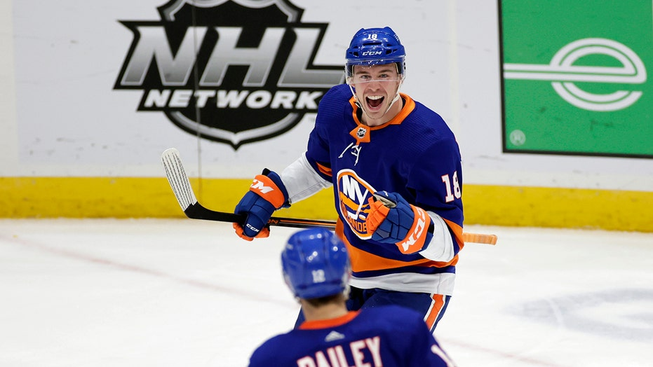 Islanders score 5 in 3rd, beat first-place Bruins 7-2