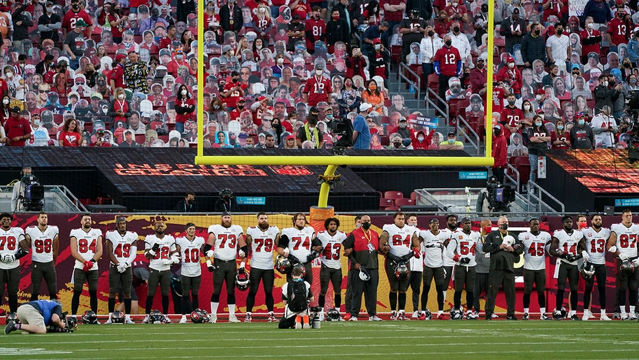 Chiefs, Bucs players lock arms during 'Lift Ev'ry Voice and Sing' rendition before Super Bowl LV kickoff