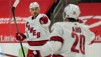 Hurricanes top Red Wings for 8th straight, take Central lead