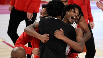 Houston's Tramon Mark delivers game-winning buzzer-beater on long heave