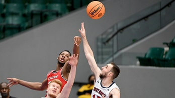 Hollingsworth's free throws lift WKU over Gaels in NIT