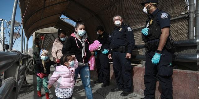 A migrant family crosses the border into El Paso, Texas, in Ciudad Juárez, Mexico, on Friday, February 26, 2021 (AP Photo / Christian Chavez).