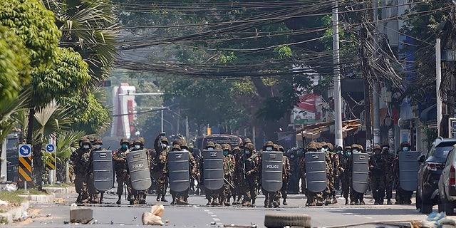 शीमन्स के साथ बर्मी सेना यांगून, बर्मा में सैन्य तख्तापलट के खिलाफ एक विरोध प्रदर्शन के दौरान आगे बढ़ती है, मंगलवार, 2 मार्च, 2021। (एपी फोटो)