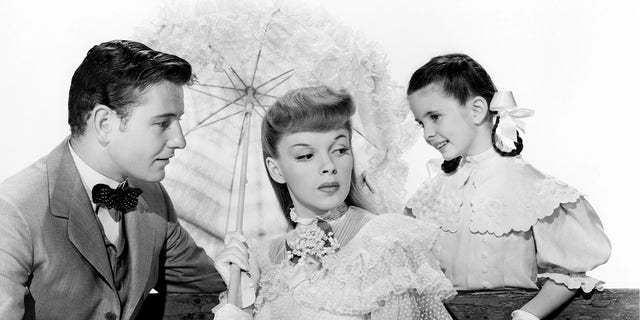 American actors (left to right) Tom Drake (1918 - 1982), Judy Garland (1922 - 1969) and Margaret O'Brien in a promotional portrait for 'Meet Me In St. Louis', directed by Vincente Minnelli, 1944.