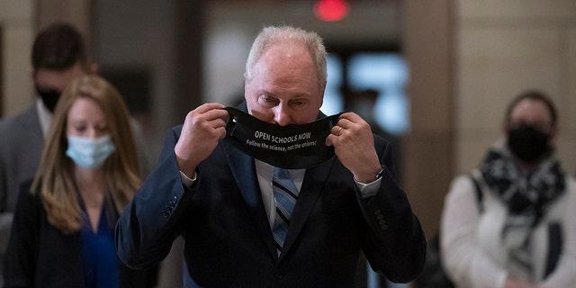 Le représentant Steve Scalise, R-La., le whip de la minorité de la Chambre, enfile un masque de messagerie à la suite d'une session de stratégie du GOP, au Capitole à Washington, le mardi 9 mars 2021. (AP Photo/J. Scott Applewhite)