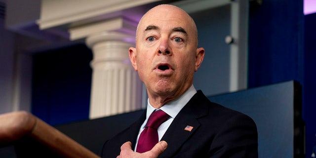El secretario de Seguridad Nacional, Alejandro Mayorkas, habla en la Casa Blanca el 1 de marzo de 2021 en Washington.  (Associated Press)
