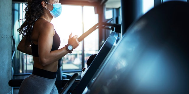 Early research suggests that face masks used to prevent the spread of the novel coronavirus are safe to use even during intense exercise, and could help to curb the spread of COVID-19 at indoor gyms. (iStock)