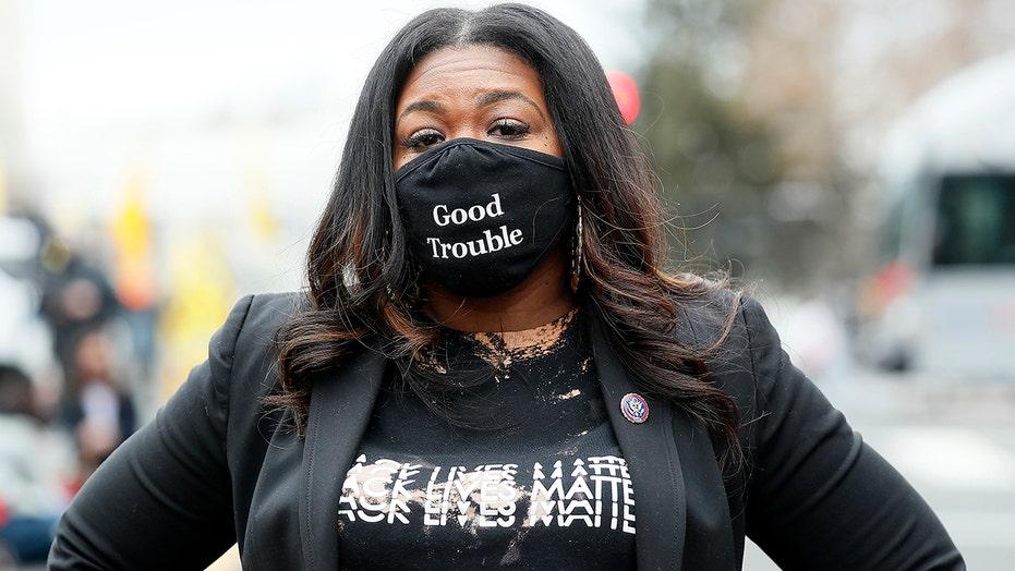"""'Squad' Dem Cori Bush loda St. Il voto """"storico"""" di Louis per """"sconfiggere"""" la polizia"""