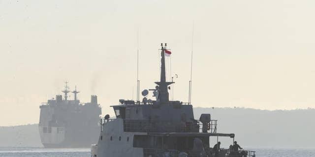 Een patrouilleschip van de Indonesische marine vaart om deel te nemen aan de zoektocht naar de onderzeeër KRI Nanggala die vermist werd tijdens een training op woensdag, voor de kust van Banyuwangi, Oost-Java, Indonesië, zaterdag 24 april 2021. KRI Nanggala 402 is na de laatste keer verdwenen.  Er werd woensdag buiten het vakantieoord gemeld dat er duikvluchten waren en de bezorgdheid neemt toe dat het zo diep kan zinken dat het niet op tijd kan worden bereikt of hersteld.  (AP Foto / Ahmed Ibrahim)