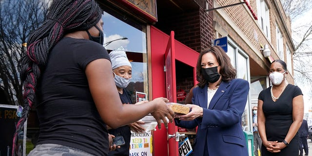Vice President Kamala Harris visits Brown Sugar Bakery Tuesday, 4月 6, 2021 in Chicago. At right is Illinois Lt. 政府. Juliana Stratton. (AP Photo/Jacquelyn Martin)
