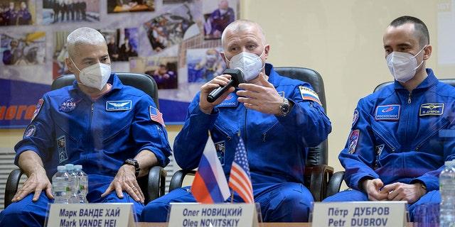 در این تصویر تهیه شده توسط ناسا ، فضانورد آمریکایی مارک وند های ، فضانوردان روسی اولگ نویتسکی و پیتر دوبروف ، اعضای خدمه اصلی ایستگاه فضایی بین المللی (ISS) ، روز پنجشنبه 8 آوریل در یک نشست خبری در کیهان فضایی بایکونور قزاقستان شرکت می کنند. (بیل اینگلز / ناسا از طریق AP