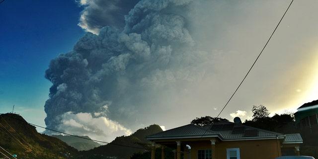 هنگامی که لا سوفری در جزیره سنت وینسنت در شرق کارائیب فوران می کند ، سه شنبه ، 13 آوریل 2021 ، خاکستر برمی خیزد (AP Photo / Orvil Samuel)