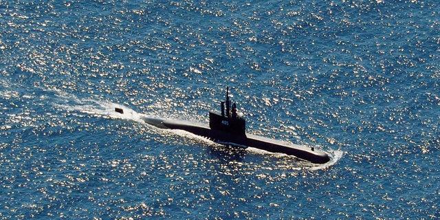 Op deze luchtfoto, genomen vanuit een marinepatrouillevliegtuig van 800 luchtsquadrons van de 2e luchtvleugel van het Naval Aviation Center (PUSPENERBAL), vaart de Indonesische onderzeeër KRI Alugoro op zoek naar de KRI Nanggala, een andere onderzeeër die tijdens zijn deelname aan een van de onderzeeërs.  Woensdag training, in wateren voor de kust van Bali, Indonesië, donderdag 22 april 2021 (AP Photo / Eric Ireng)
