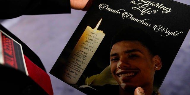 The program for the funeral services of Daunte Wright is held by a mourner at Shiloh Temple International Ministries in Minneapolis, giovedi, aprile 22, 2021. Wright, 20, was fatally shot by a Brooklyn Center, Minn., police officer during a traffic stop. (AP Photo / John Minchillo, Piscina)