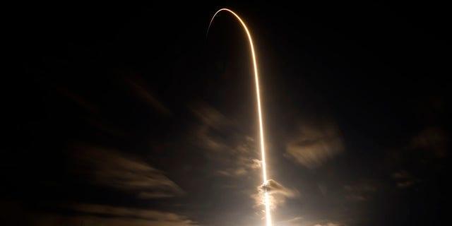 Ένα SpaceX Falcon 9 ξεκινά αυτή τη φορά από το συγκρότημα εκτόξευσης 39A σε ένα διαμέρισμα την Παρασκευή 23 Απριλίου 2021 στο Διαστημικό Κέντρο Kennedy στο Cape Canaveral.  Η πτήση θα έχει τέσσερις αστροναύτες να πετούν σε μια αποστολή SpaceX Crew-2.  (Φωτογραφία AP / Chris O'Mara)