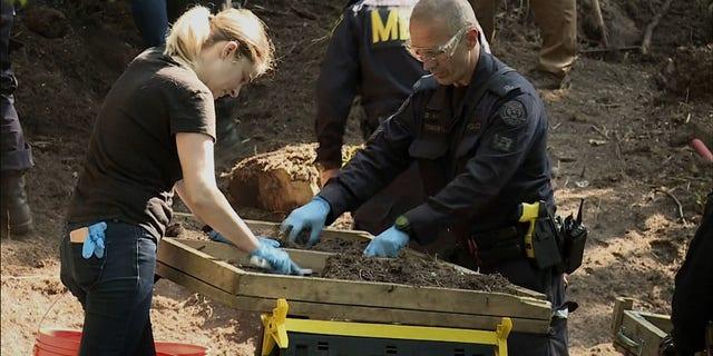 Οι ερευνητές ελέγχουν το κομπόστ για ανθρώπινα λείψανα στην αυλή του 53 Mallory Crescent στο Τορόντο, 5 Ιουλίου 2018. Η ιδιοκτησία συνδέεται με την έρευνα για τον φόνο του Bruce MacArthur.