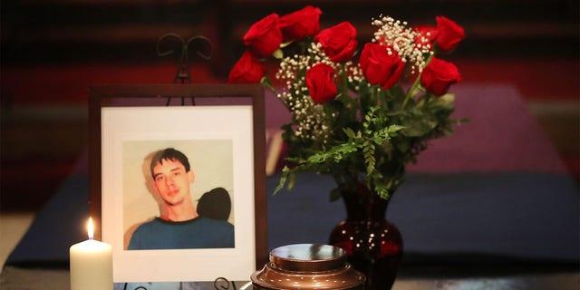 Ένα βάζο που περιέχει τα ερείπια του Dean Leswick κάθεται στο βωμό.  Η κηδεία του πραγματοποιήθηκε στο St. James the Less Church στο Τορόντο.  2 Νοεμβρίου 2018.