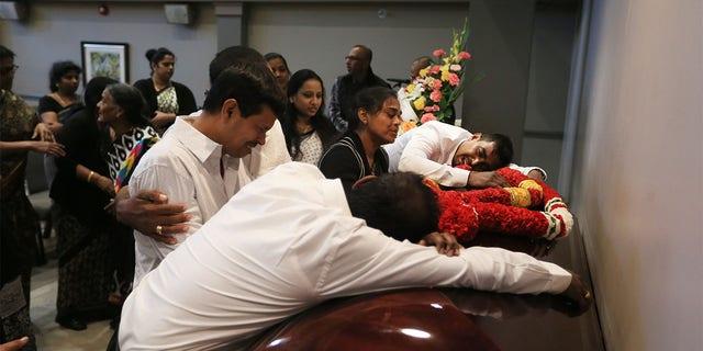 Η οικογένεια Kirushnakumar Kanagaratnam κλαίει δίπλα στο φέρετρο του.  Καναγκαράθναμ.  Ο Bruce MacArthur κατηγορήθηκε για δολοφονία πρώτου βαθμού στο θάνατό του.