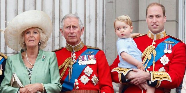 Camilla, Duquesa de Cornualles, Príncipe Carlos, Príncipe de Gales, Príncipe William, Duque de Cambridge y Príncipe George de Cambridge.