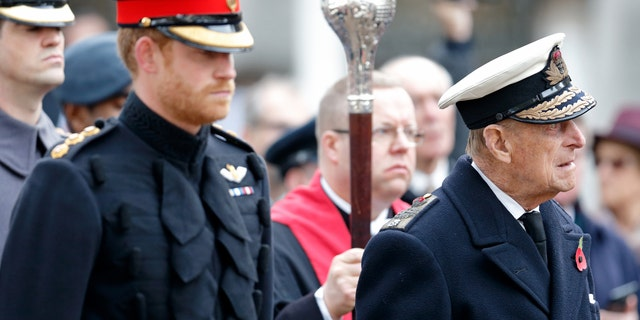 Prince Harry and Prince Philip, Duke of Edinburgh attend the opening of the Field of Remembrance at Westminster Abbey on November 10, 2016, ロンドンで, イングランド.