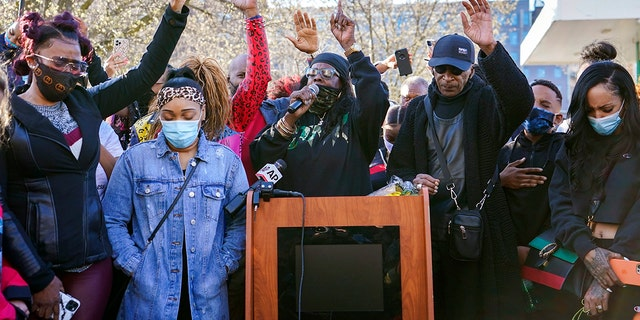 DMX'S ex-wife, Tashera Simmons, izquierda, and his fiancée Desiree Lindstrom, second from left, are joined by family and friends as they pray during a vigil outside of White Plains Hospital, lunes, April 5.
