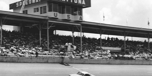 Richard Petty won his first Daytona 500 に 1964 at the wheel of a Hemi-powered Plymouth Belvedere