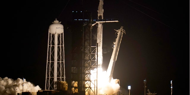 Il razzo SpaceX Falcon 9 con la capsula spaziale Crew Dragon decolla dalla piattaforma 39A del Kennedy Space Center di Cape Canaveral, in Florida, venerdì 23 aprile 2021 (AP Photo / John Raoux)
