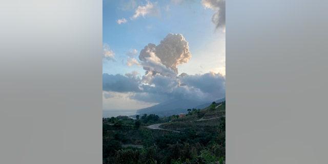 Những đám tro bốc lên từ núi lửa La Soufriere trên Đảo Saint Vincent ở phía đông Caribe, Thứ Sáu, ngày 16 tháng 4 năm 2021 (Vincie Richie / Trung tâm Nghiên cứu Địa chấn Đại học Tây Ấn qua AP)