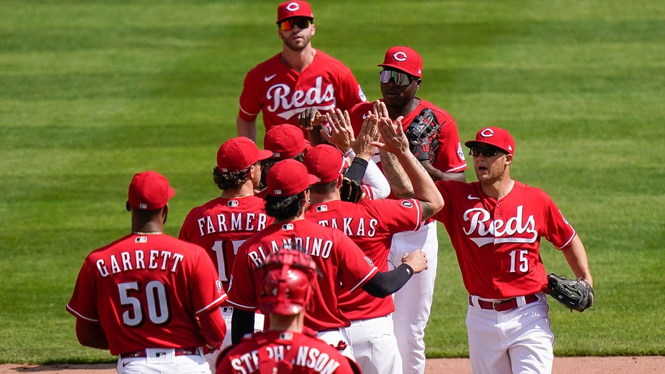 Reds keep rolling, 히트 4 HRs to back Castillo, sweep Pirates