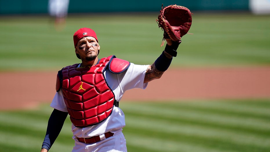 Cards catcher Molina goes on injured list with foot strain