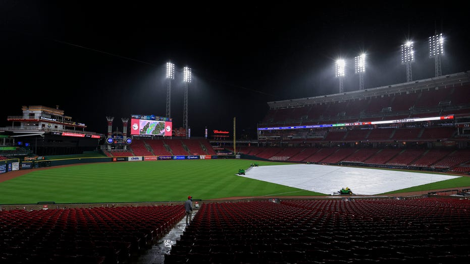 Rain, then snow halts game with D'backs leading Reds in 8th