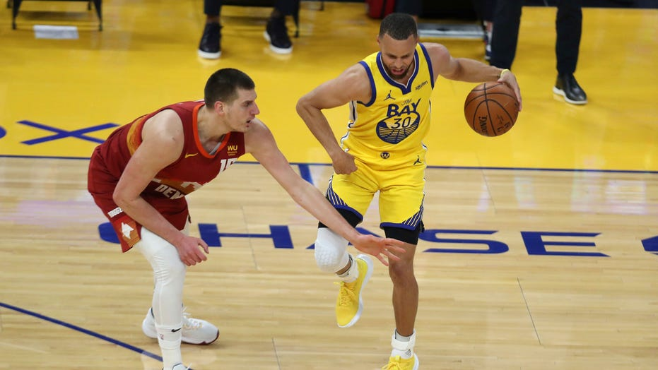 Stephen Curry, Warriors welcome back fans and beat Nuggets