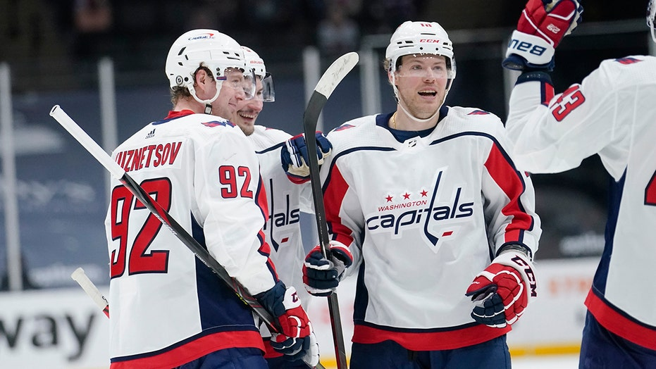 Capitals dominate Islanders 6-3 to stay in 1st in East