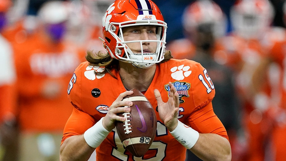 Trevor Lawrence calls audible on NFL Network reporter's play call