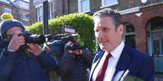 Le chef de l'opposition britannique du Parti travailliste, Keir Starmer, quitte son domicile à Londres le 7 mai 2021, après avoir annoncé que les travaillistes avaient perdu les élections parlementaires de Hartlepool.  (Stefan Russo / PA via AP)