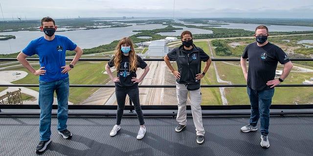 پرونده - این دوشنبه ، 29 مارس 2021 ، عکس ارائه شده توسط SpaceX ، سمت چپ ، جارد آیزاکمن ، هایلی آرسنو ، سیان پروکتور و کریس سمبروسکی برای برج برج پرتاب SpaceX در مرکز فضایی کندی ناسا در کیپ کاناورال ، فلوریدا عکس می گیرند.  کپسول های با تکنولوژی پیشرفته SpaceX کاملاً خودکار هستند و همینطور کرم های Blue Origin.  بنابراین سوارکاران ثروتمند و میهمانان آنها باید فضانورد خوانده شوند ، حتی اگر در صورت نیاز به مداخله در موارد اضطراری ، طناب ها را یاد بگیرند؟  (SpaceX از طریق AP ، پرونده)