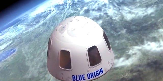 """Αρχείο - Αυτή η χρονολογημένη εικόνα που παρέχεται από την Blue Origin δείχνει την κάψουλα που η εταιρεία στοχεύει να μεταφέρει τους τουρίστες στο διάστημα.  Η εταιρεία πυραύλων του Jeff Bezos έχει ήδη αρχίσει να επικοινωνεί με τους μελλοντικούς πελάτες της """"αστροναύτες."""" Ένα κάθισμα είναι έτοιμο να αρπάξει στην πρώτη πτήση επιβατών του πυραύλου New Shepherd που έχει προγραμματιστεί για τον Ιούλιο του 2021.  Σε απευθείας σύνδεση δημοπρασία σε εξέλιξη.  (Blue Origin μέσω AP)"""
