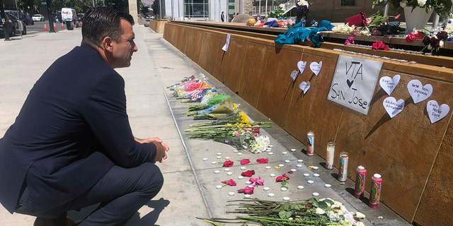 San Jose Mayor Sam Liccardo stops at a temporary memorial to the victims of the rail yard shooting in front of City Hall in San Jose.  california  On Thursday, May 27, 2021 (related news agencies)