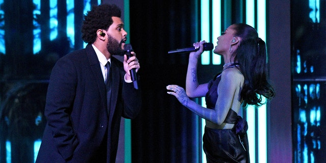 In this image released on May 27, The Weeknd and Ariana Grande perform onstage at the 2021 iHeartRadio Music Awards at The Dolby Theatre in Los Angeles, Kalifornië, which was broadcast live on FOX on May 27, 2021.