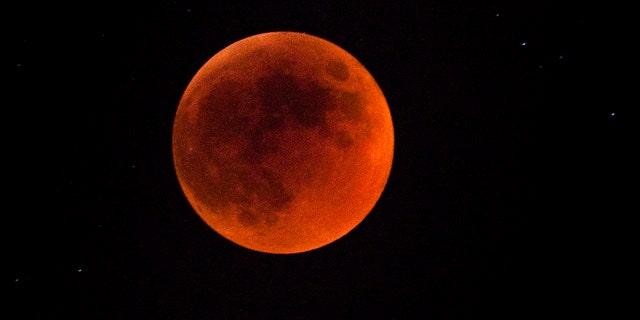 ماه گرفتگی کامل در 15 ژوئن 2011 در اورشلیم ، اسرائیل مشاهده شد.  امشب طولانی ترین ماه گرفتگی در یک دهه گذشته بود.  ماه گرفتگی هنگامی رخ می دهد که خورشید ، زمین و ماه به صف می شوند و سایه زمین بر روی ماه می افتد.  (عکس: Uriel Sinai / گتی ایماژ)