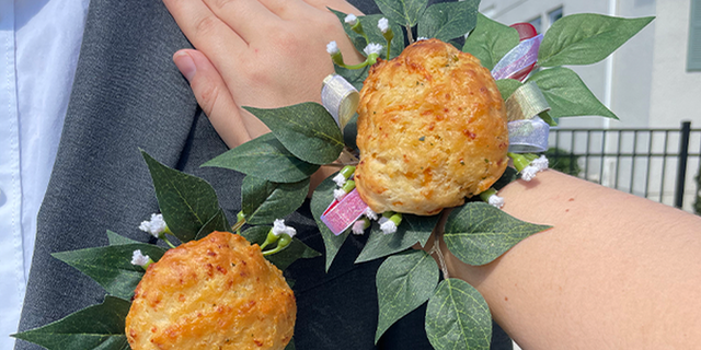 Red Lobster is getting into the prom spirit with a Cheddar Bay Biscuit corsage and boutonniere tutorial. (Red Lobster)