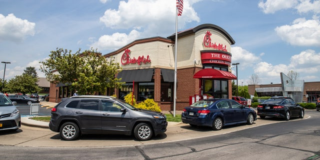 A Chick-fil-A and jewelry store in Alabama are battling it out for the best sign in a hilarious fake feud.