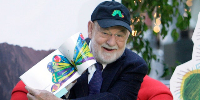 """Author Eric Carle reads his classic children's book """"The Very Hungry Caterpillar"""" on the NBC """"Today"""" television program in New York on Oct. 8, 2009, as part of Jumpstart's 4th annual National Read for the Record Day. The beloved children's author and illustrator whose classic works gave millions of kids some of their earliest and most cherished literary memories, 사망했다. Eric Carle was 91. Through books like """"Brown Bear, 갈색 곰, What Do You See?"""" """"Do You Want to Be My Friend?"""" and """"From Head to Toe,"""" Carle introduced universal themes in simple words and bright colors."""