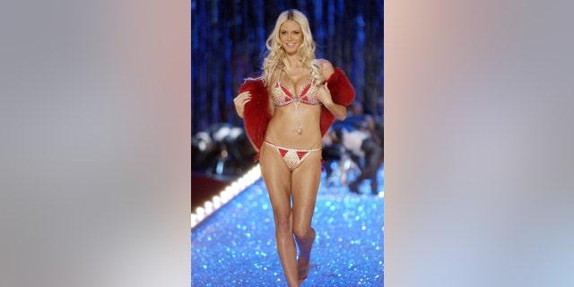 Heidi Klumat the 2003 Victoria's Secret Fashion Show.