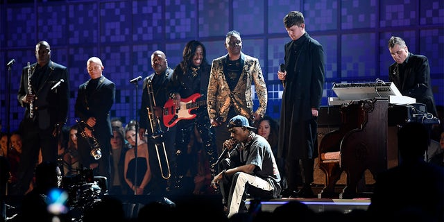 (L-R) Verdine White and Philip Bailey of Earth, 風 &アンプ; Fire perform with Travis Scott and James Blake onstage during the 61st Annual GRAMMY Awards at Staples Center on February 10, 2019, in Los Angeles, カリフォルニア.