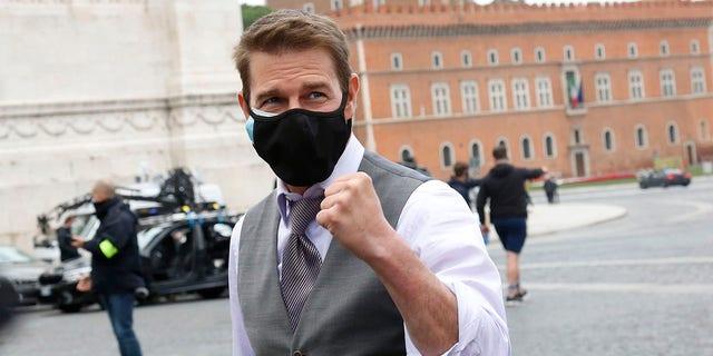 演员汤姆克鲁斯在威尼斯广场的《碟中谍7》片场中途停留期间与粉丝交谈并自拍,在维克多·伊曼纽尔二世纪念碑(无名烈士墓)前。