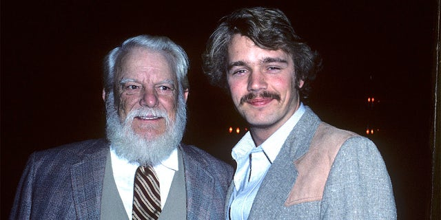 Actor Denver Pyle and actor John Schneider attend the John Wayne Cancer Clinic's Bellamy Scene Beautiful People Awards on March 28, 1982, at the SmokeHouse Restaurant in Burbank, カリフォルニア.