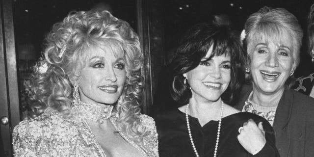 (L-R) Actresses Dolly Parton, Sally Field and Olympia Dukakis at the premiere of the motion picture 'Steel Magnolias.'